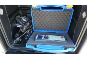 Dálkové ovládání umístěné v boxu v kabině stroje
